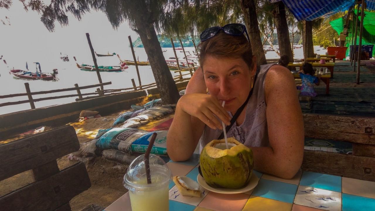En train de boire un jus de coco !