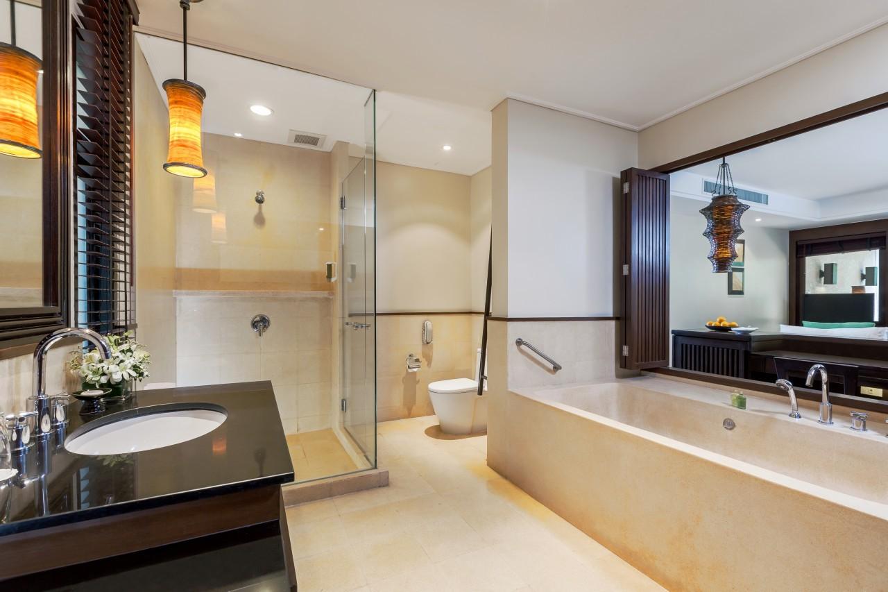 Depuis la salle de bain du Mövenpick Resort & Spa à Karon Beach à Phuket