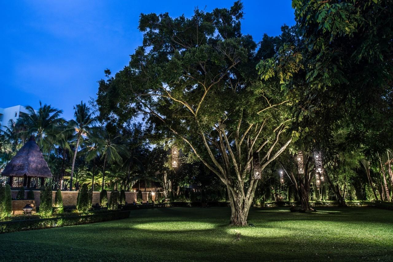 Quand la nuit tombe u Mövenpick Resort & Spa à Karon Beach à Phuket