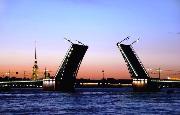Les ponts se lèvent sur la Neva