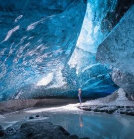 Dans une cave de glace au glacier Vatnajokull en Islande.