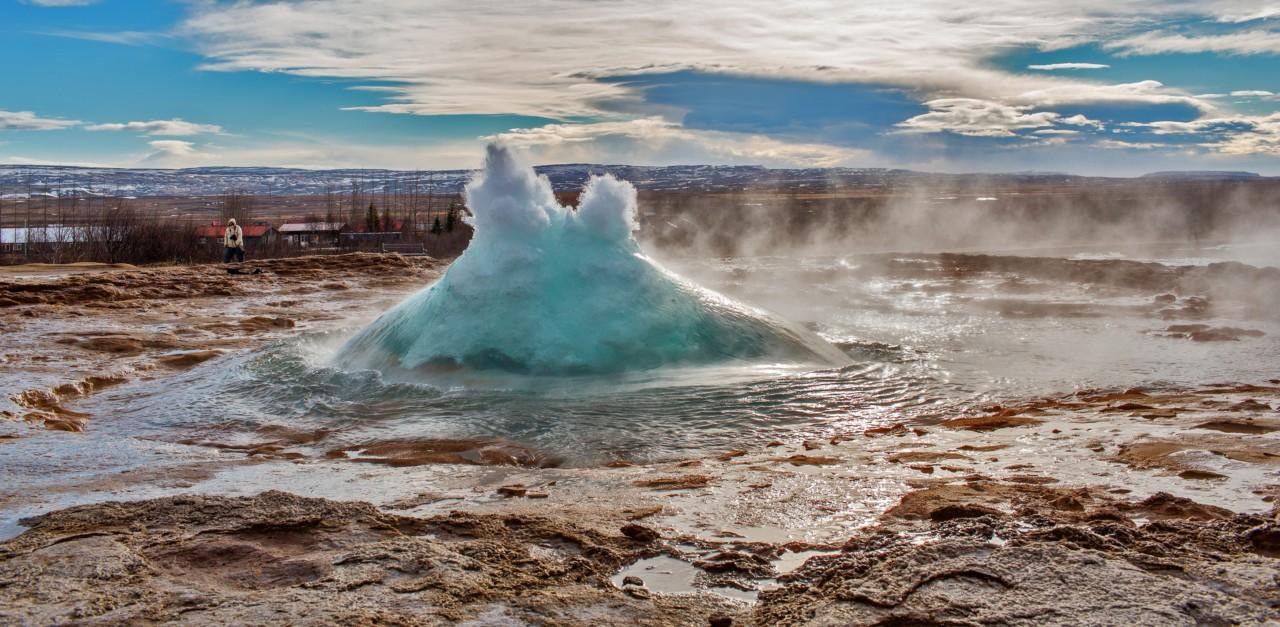 Au moment de l'éruption d'un geyser à Stokkur en Islande