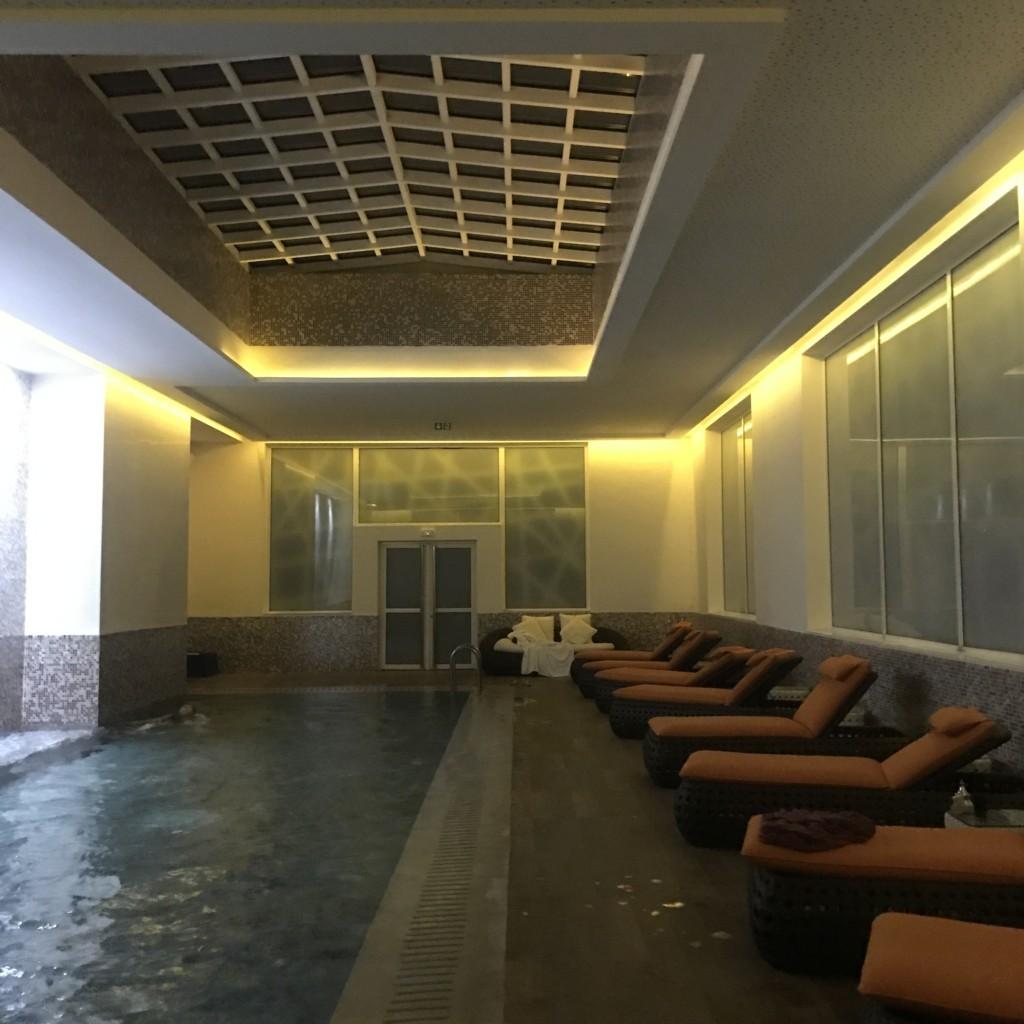 La piscine au spa du Sofitel Jardin des Roses Rabat DP : Élodie Pagès