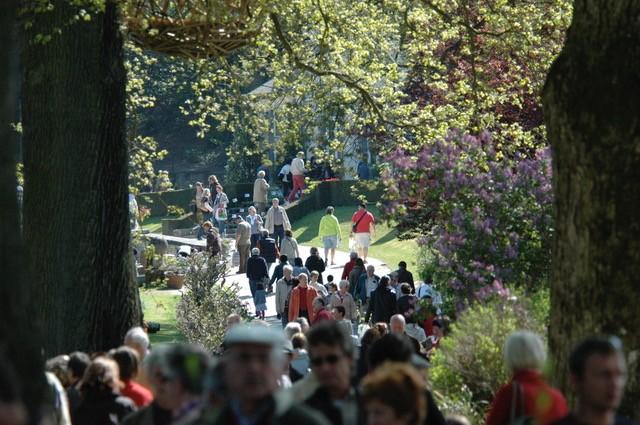 La foule à la fête des plantes aux jardins d'Aywiers, en Belgique