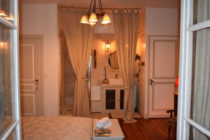 Fenêtres ouvertes sur une suite au Baccara Lodge