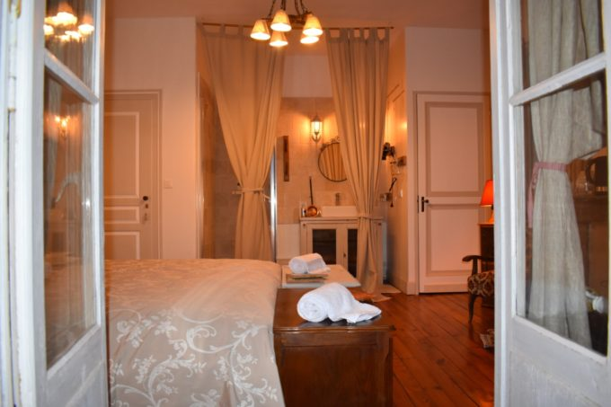La chambre confortable du Baccara Lodge