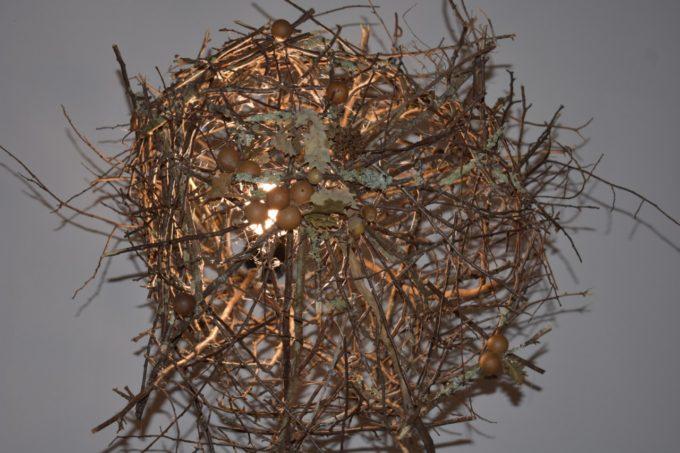 Le lustre en bois naturel réalisé par Audrey Baccarat