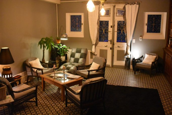 Le salon dans l'entrée du Baccara Lodge dans les Landes