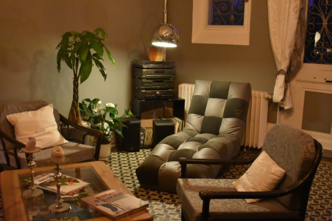 Canapés et fauteuils pour se ressourcer au Baccara Lodge dans les Landes