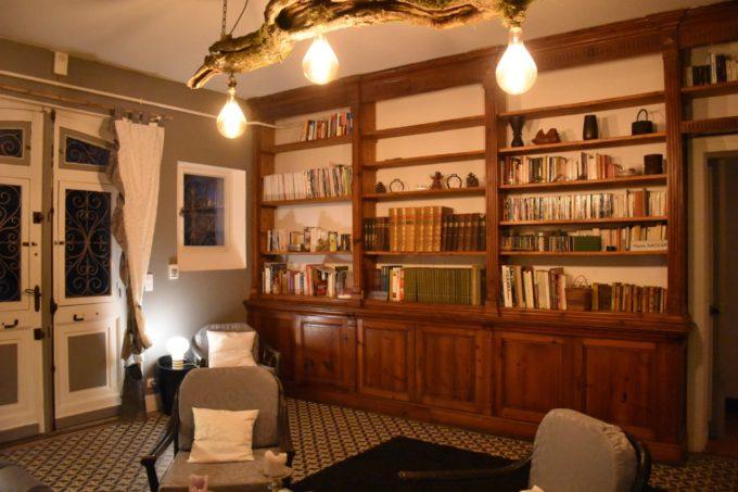 L'immense bibliothèque familiale au Baccara Lodge dans les Landes