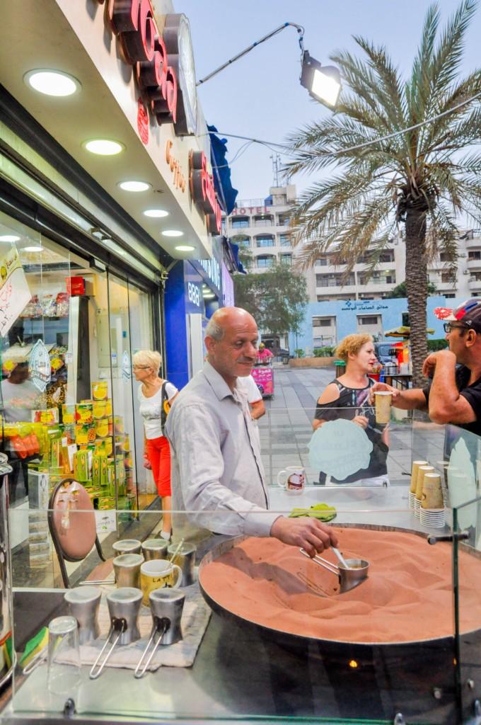 Prendre un petit café dans la rue à Aqaba
