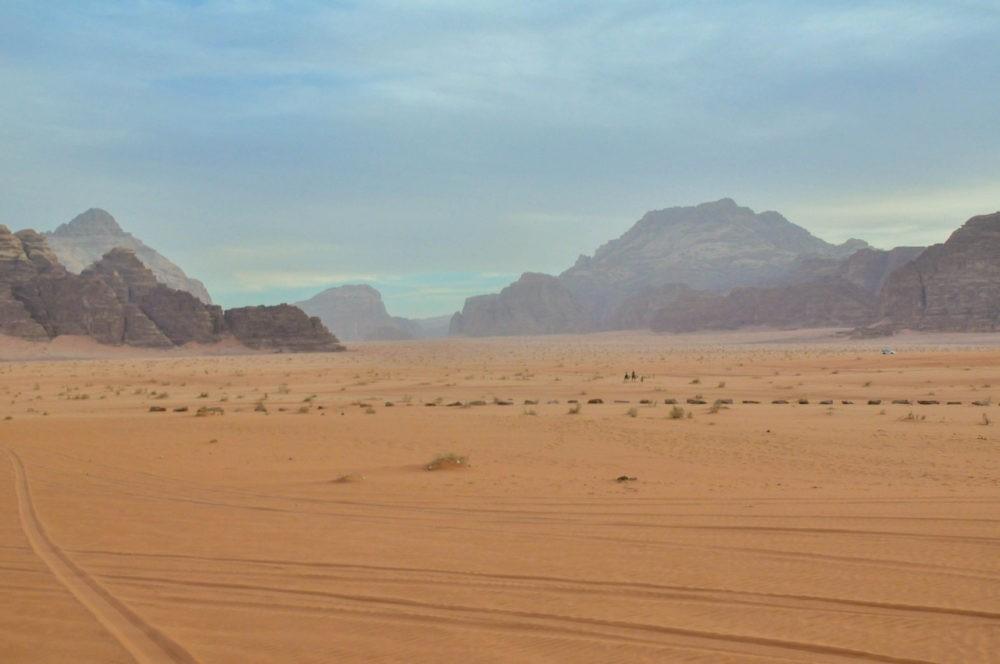 Dunes de sable et rochers dans le Wadi Run en Jordanie