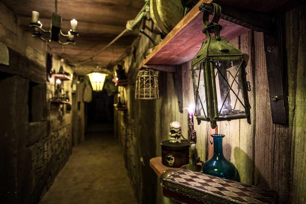 Dans le couloir, découverte des objets de pirate et autres bateaux de l'époque