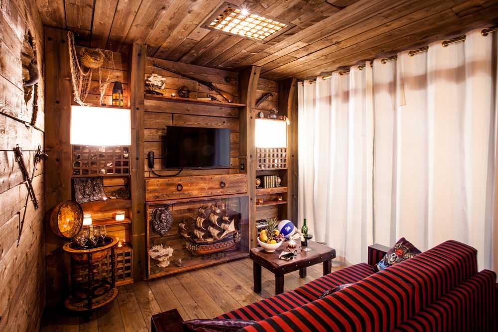 Le salon dans la suite de luxe de l'hôtel Cap Pirate