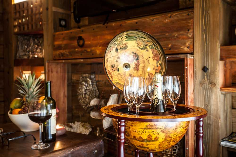 Le mini bar dans la chambre de luxe de l'hôtel Cap Pirate