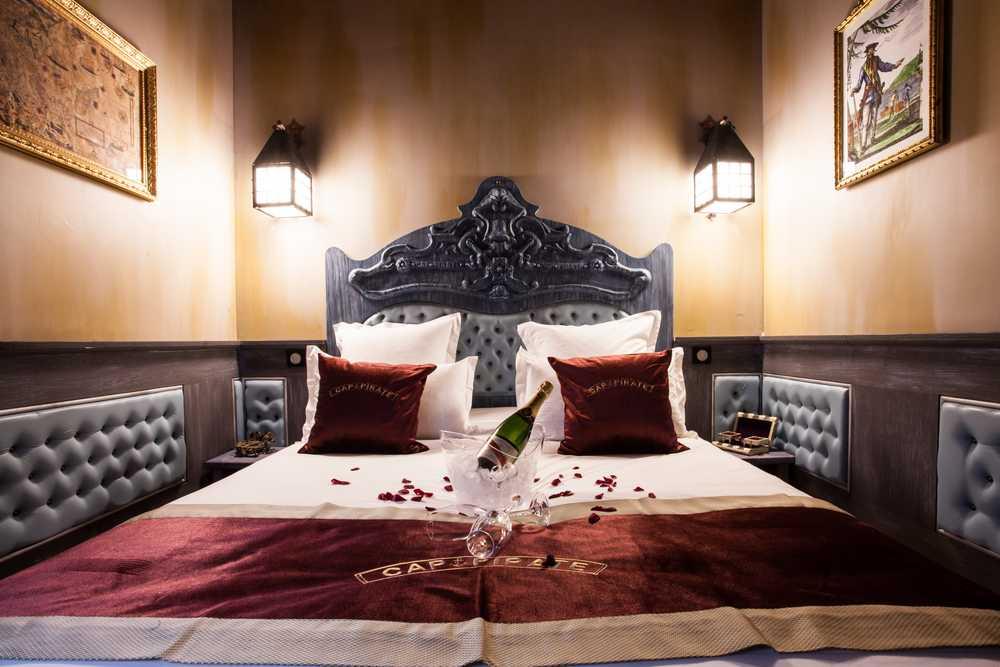 La tête de lit dans la chambre de luxe