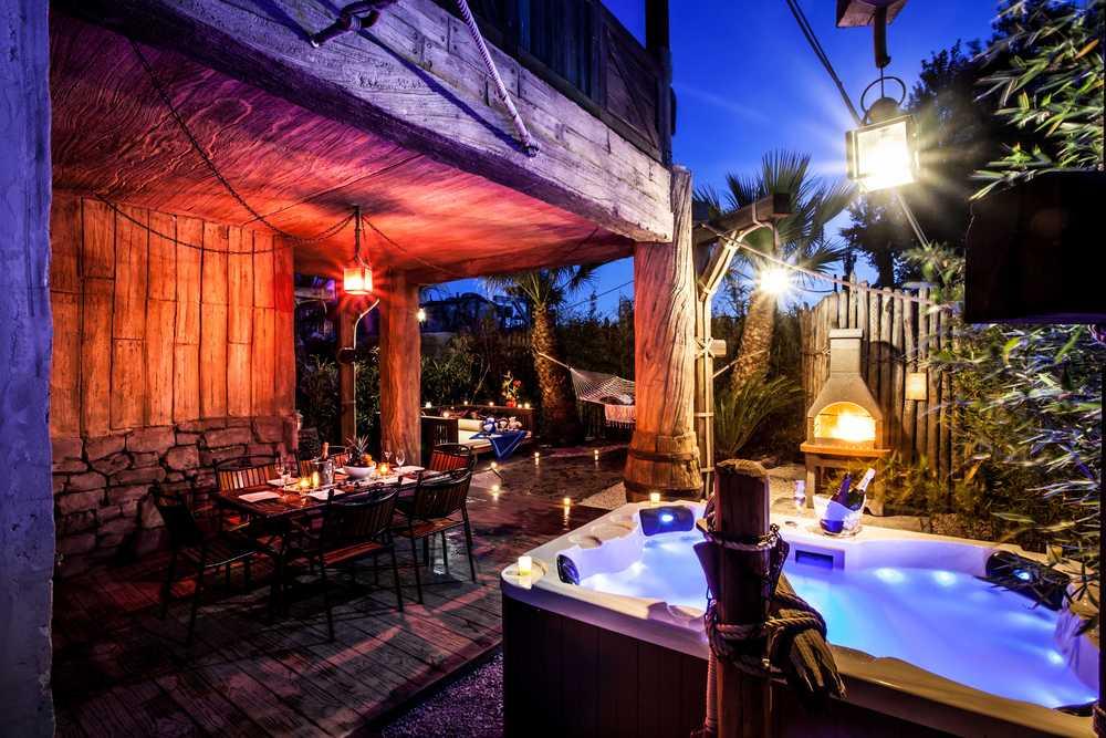 Terrasse avec bain à remous dans la chambre de luxe
