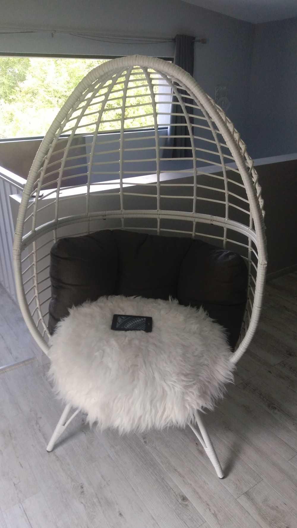 Dans la suite parentale un des fauteuils du gite 5 étoile Le Dandelion à Montsuéjouls