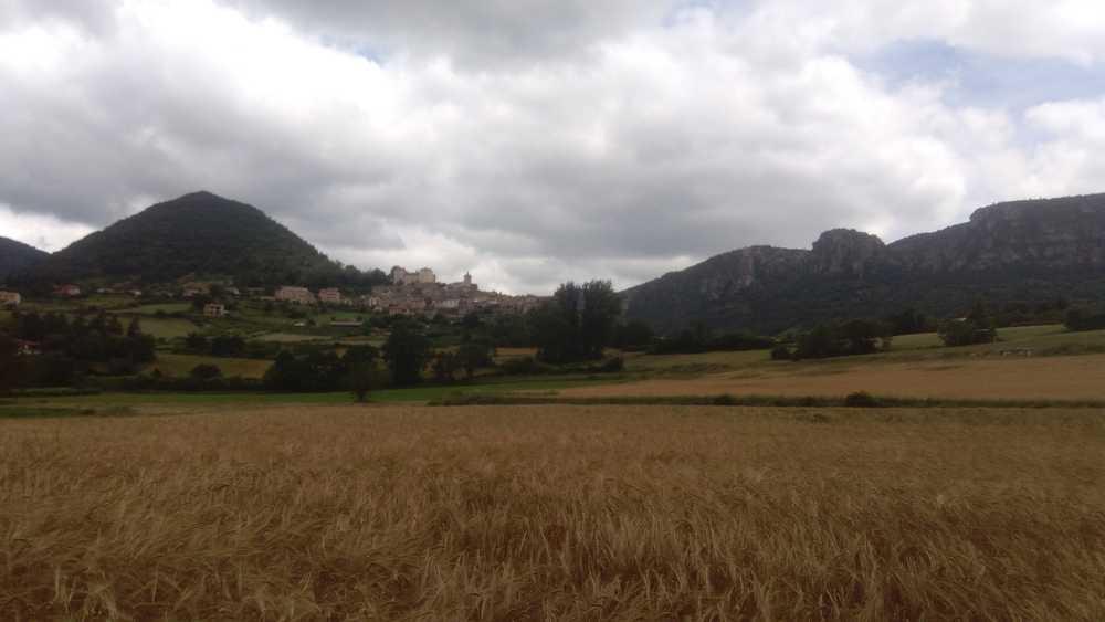 Au loin, le magnifique village de Mostuéjouls