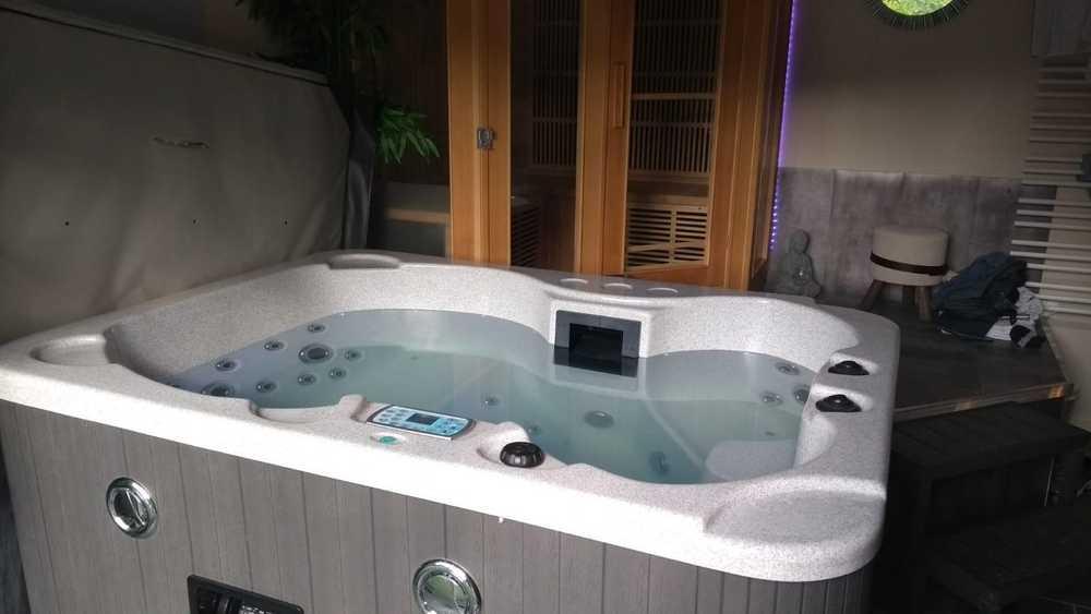 Le bain à remous de la suite parentale au Dandelion en Aveyron