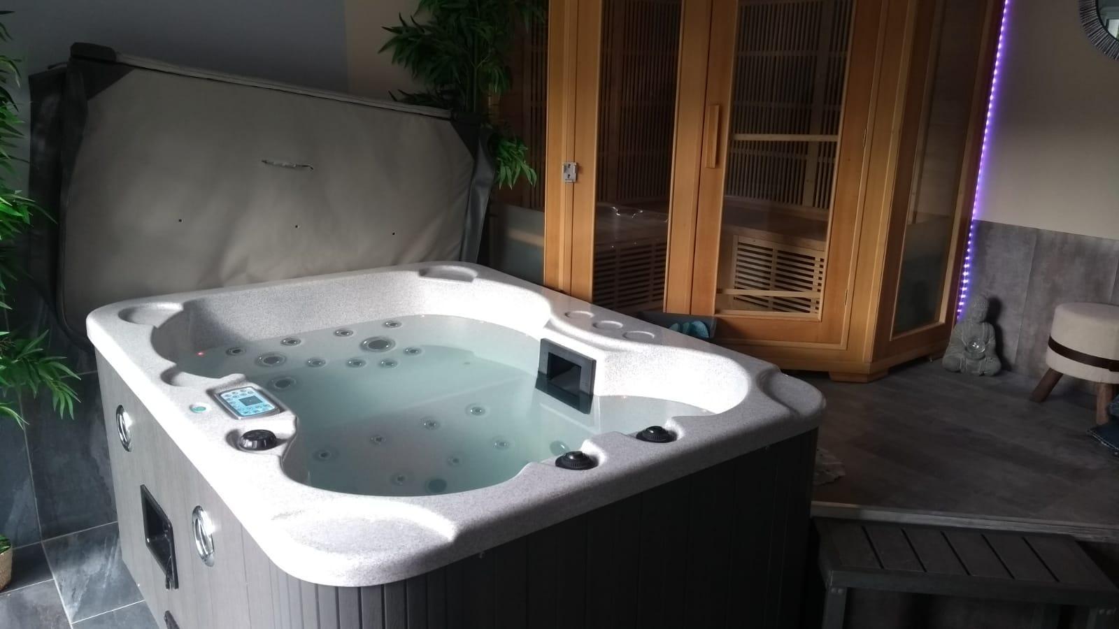 Le bain à remous et le sauna dans l'espace bien-être du gite 5 étoiles en Aveyron
