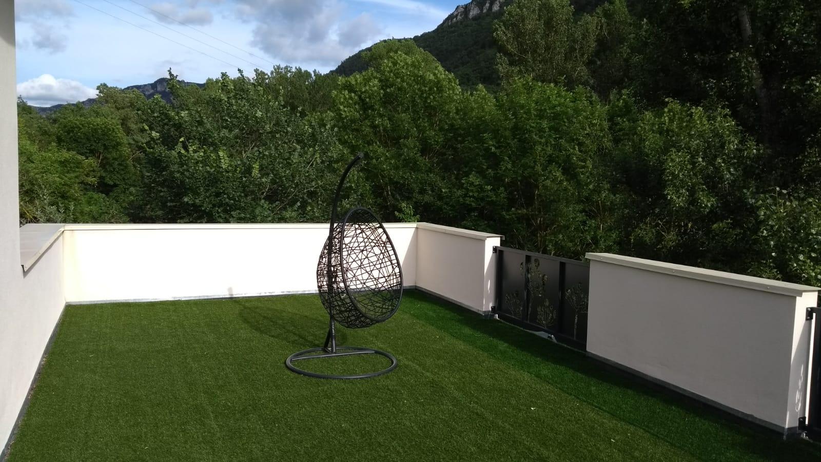 Une immense terrasse avec la suite parentale où il pourrait y voir prochainement un mini golf