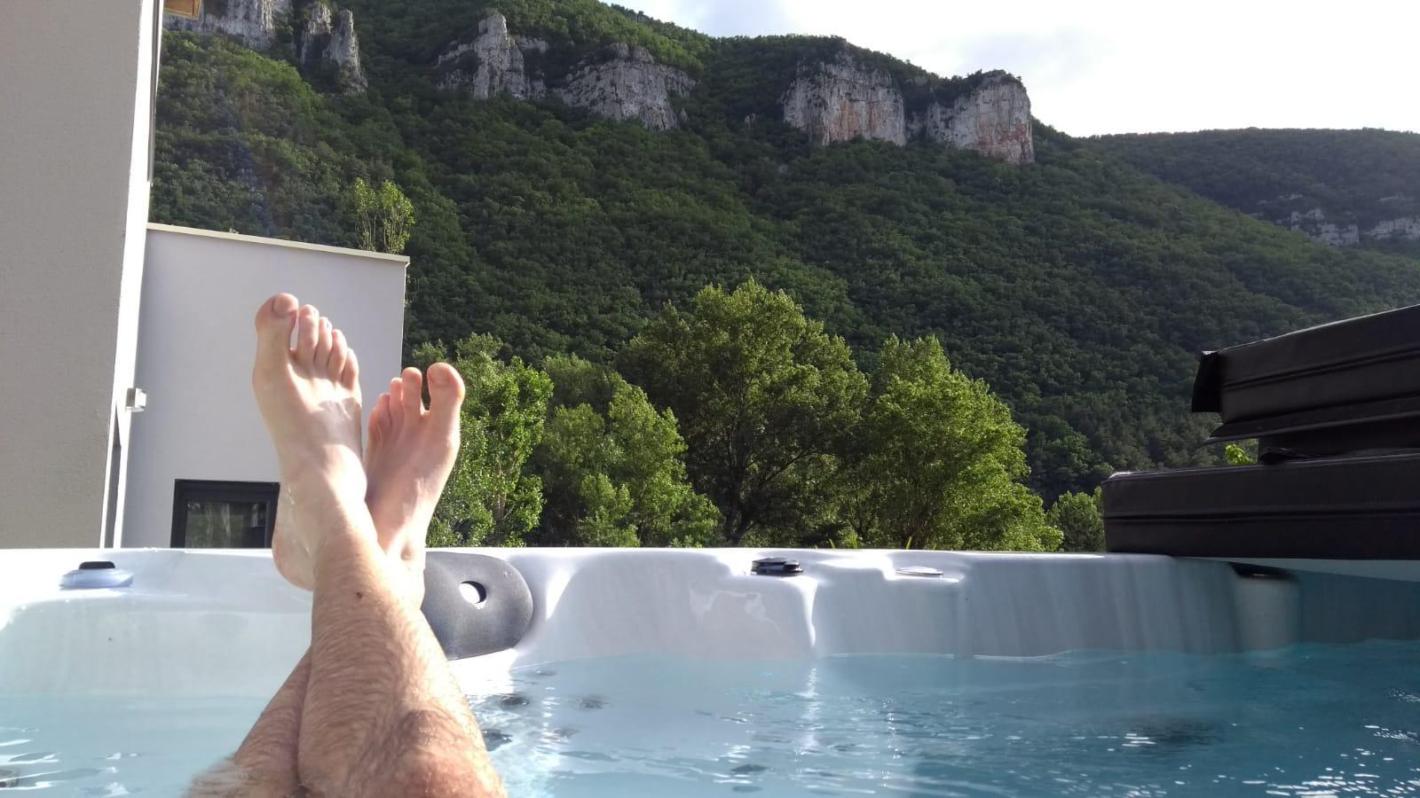 Depuis le jacuzzi extérieur au Dandélion en Aveyron