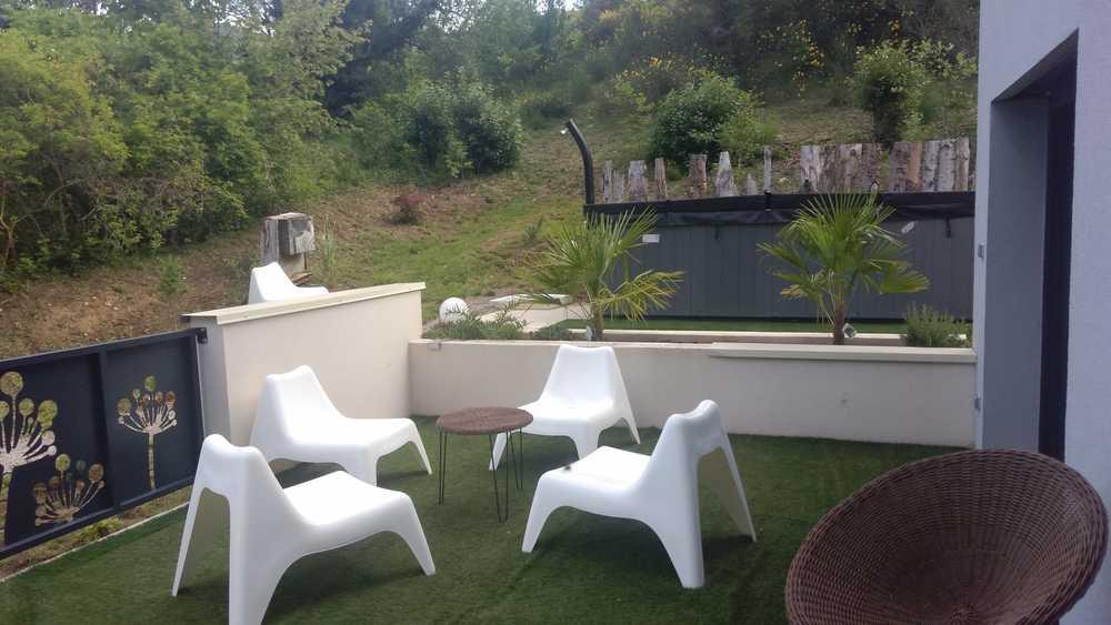 Une des terrasses du gite d'exception en Aveyron avec Jaccuzzi