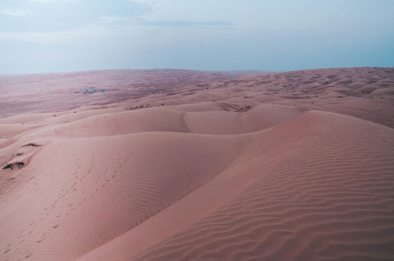 Dans les dunes de sable Wahiba