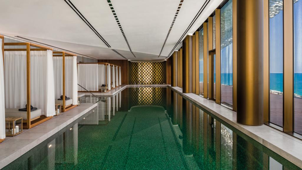 La piscine intérieure de Bulgari Hôtel