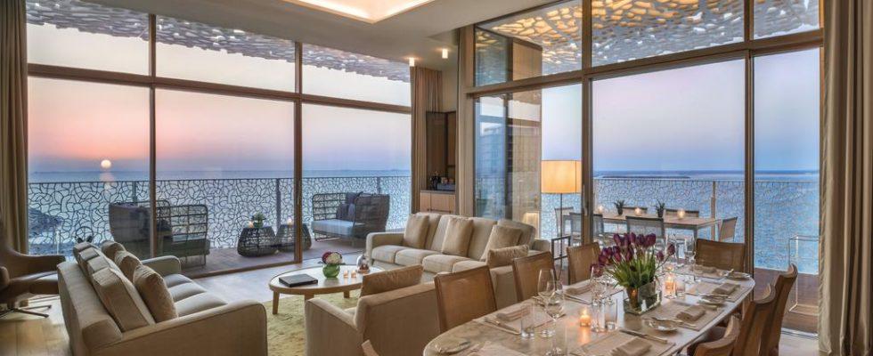 Le salon et la salle à manger de la suite présidentielle du Bulgari Hôtel à Dubaï