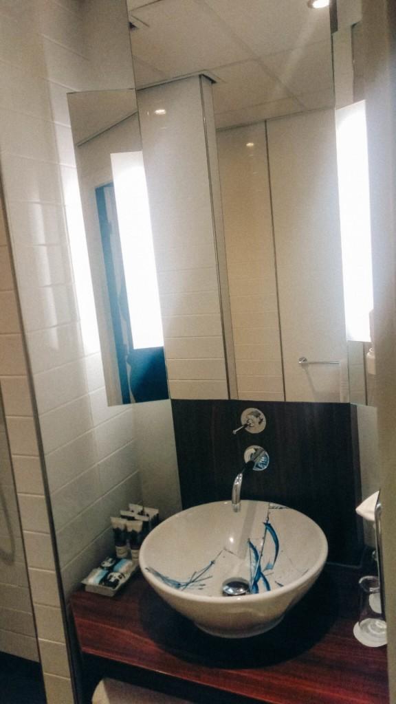 Dans la salle de bain privative attenante