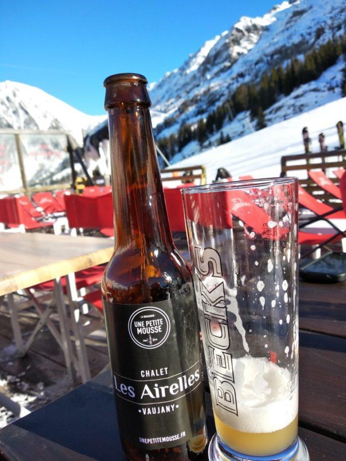 Prendre une bière au soleil en terrasse
