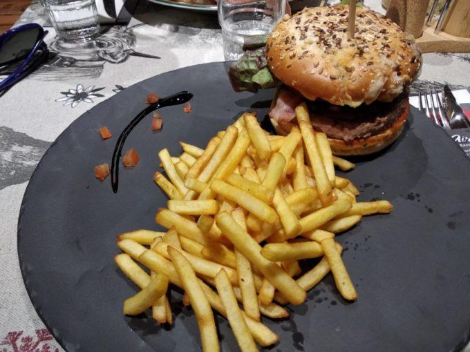 Hamburger frites aux Airelles pour reprendre des forces