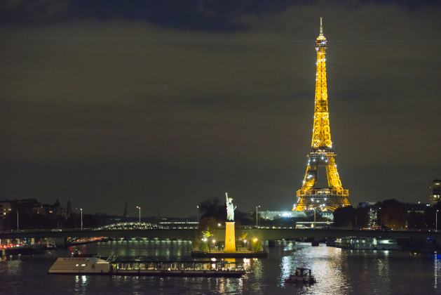 La Tour Eiffel, symbole français, s'illumine DP : La Marina Paris