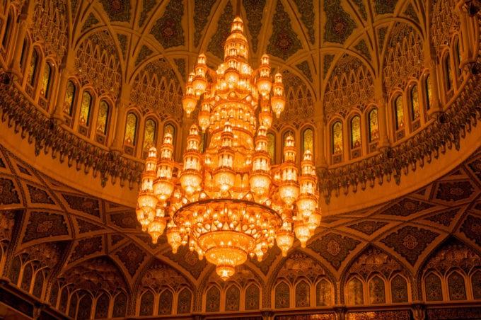 Un lustre sublime la pièce de prière de la grande mosquée de Mascate