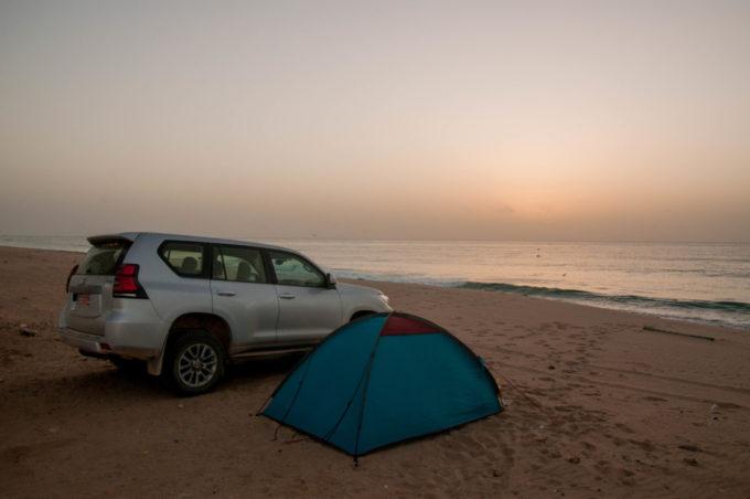 Planter la tente sur la plage à Sur