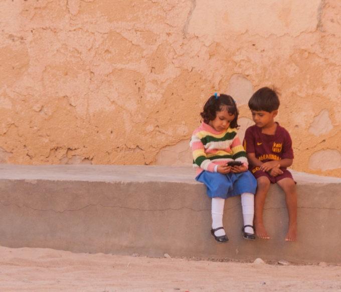 Deux enfants s'amusent au calme