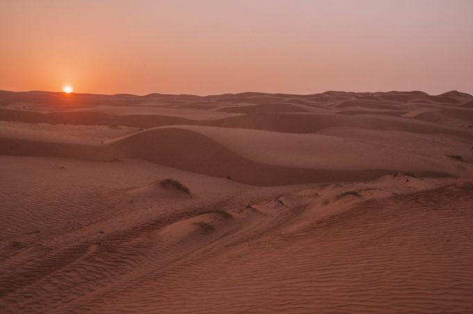 Coucher de soleil dans les dunes de sable à Oman