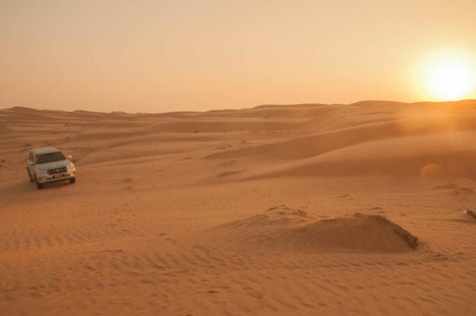 tôt le matin, au lever du jour, on arpente les dunes