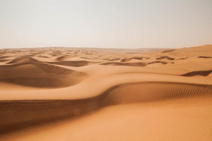 Les vagues des dunes de sable sont hypnotisantes