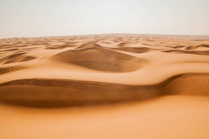Un océan de sable face à nous avec ses vagues ondulantes
