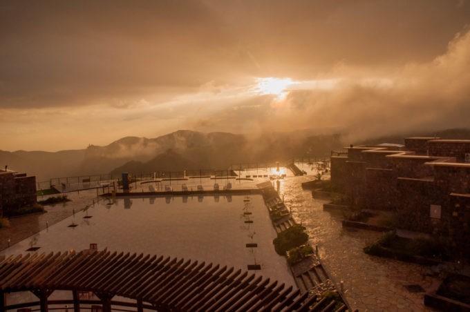 Juste après un orage, la terrasse de l'hôtel avec sa piscine extérieure