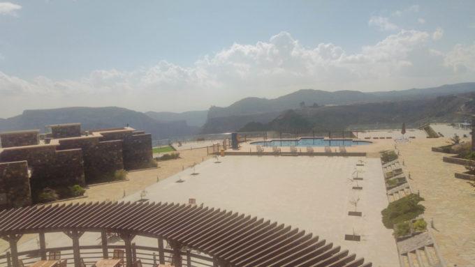 La terrasse avec la piscine extérieure