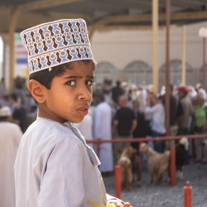 Un enfant pris en photo par surprise sur la place du marché