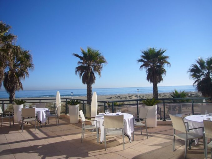 La terrasse face à la mer de l'hôtel des flamants roses