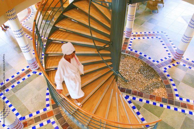 Escalier pour accéder au cabine de soin dans le centre de bien-être