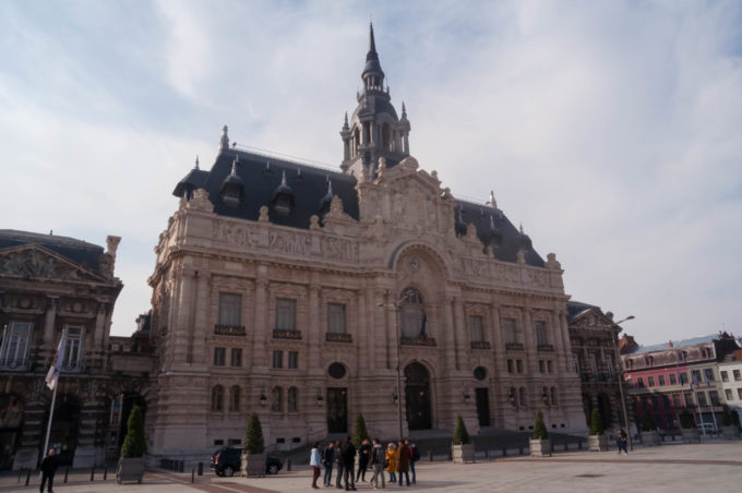 Sur la place de l'hôtel de ville à Roubaix