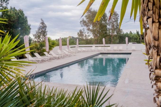 Une immense piscine extérieure chauffée offre un bel espace aquatique