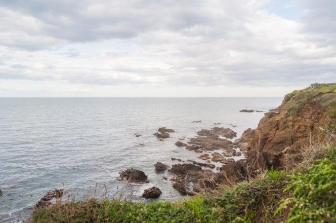 Appelée aussi la crique des rochers, ce lieu sauvage offre un agréable coin où se promener